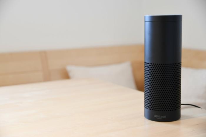 ein schwarzer Alexa Smart Speaker auf einem Tisch, ein System für Steuerung für das ganze Haus