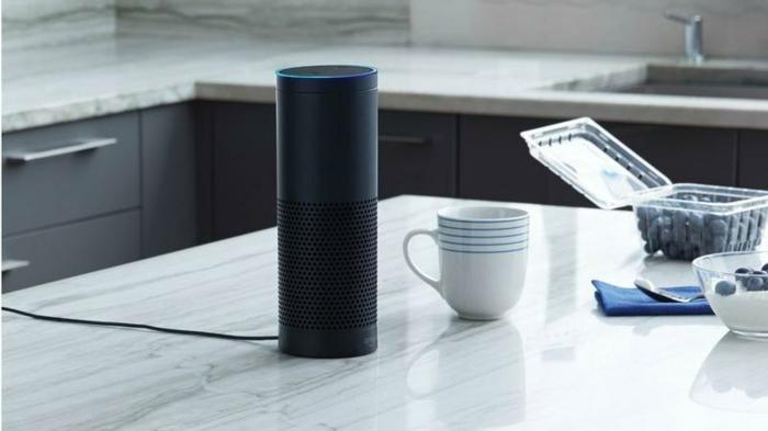 ein Amazon Echo in schwarzer Farbe auf einer Küchentisch, Geräte für einem Smart Home
