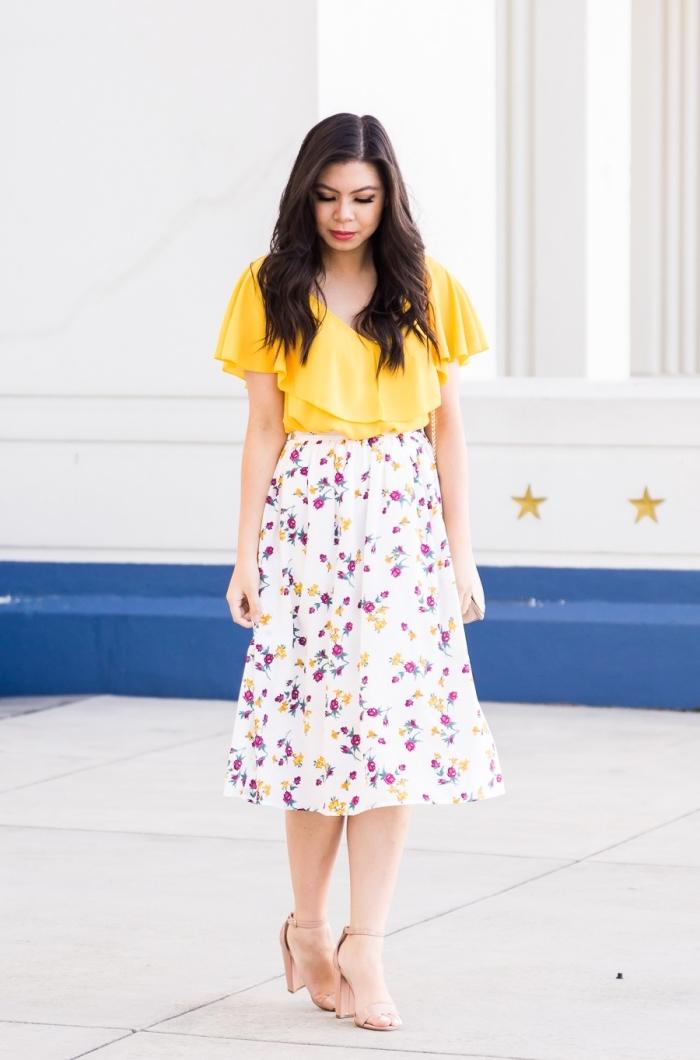 sommer outfit damen 2019, gelbe weite bluse mit rüschen in kombination mit mindi rock mit floralem motiv