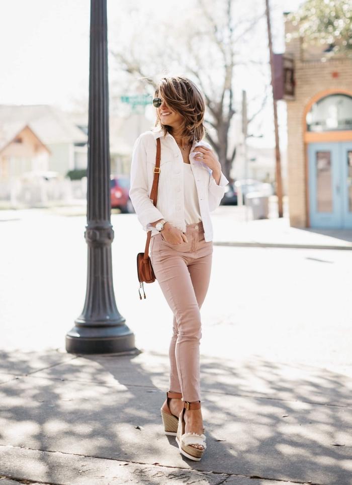 sommer outfit damen, beige hose, weiße bluse und jacke, kleine braune tasche, hohe schuhe