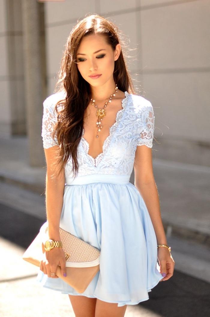 sommer outfit damen, festliches dammenoutfit, hellblaues kleid mit rock aus chiffon, lange silberne halskette