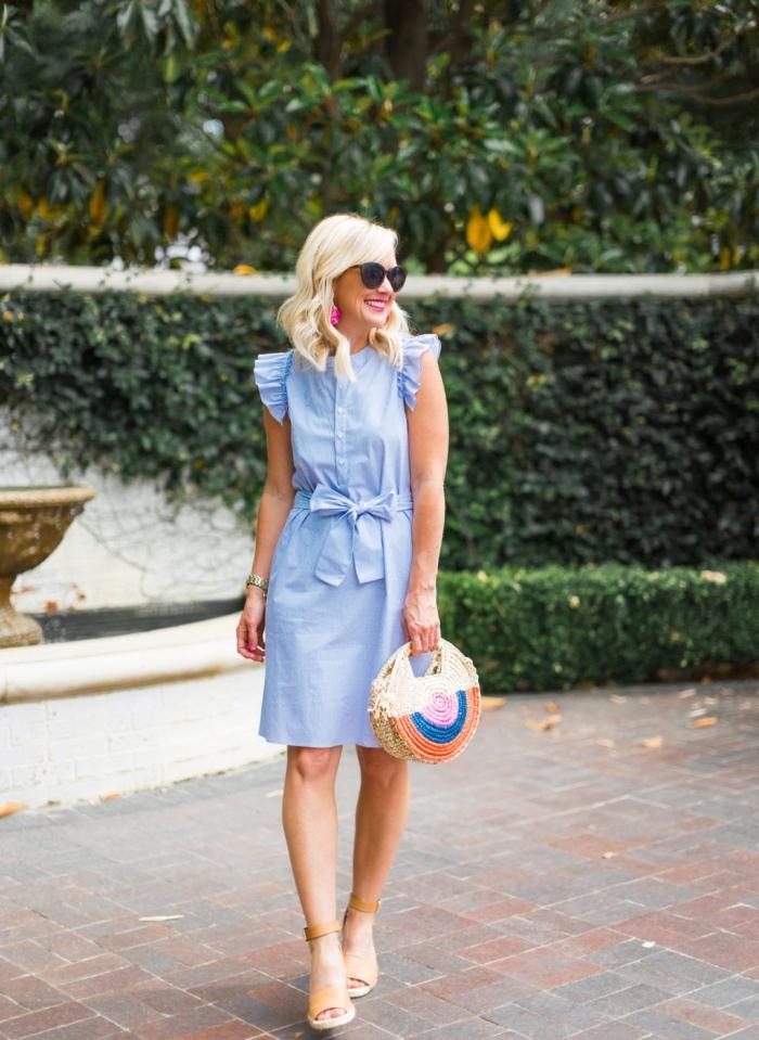 sommer outfit damen, knielanges hellblaues kleid mit rüschen, runde geflochtene tasche, beige schuhe