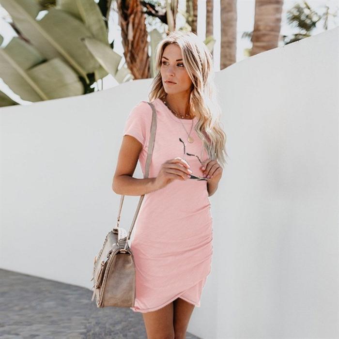 sommer outfit damen, kurzes rosa kleid, sommerkleid mit kurzen ärmeln, große graue tasche