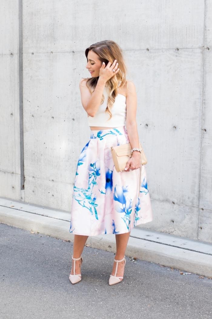 sommer outfit damen, weiter rock mit hoher taille kombiniert mit weißem top, beige tasche und hohe schuhe