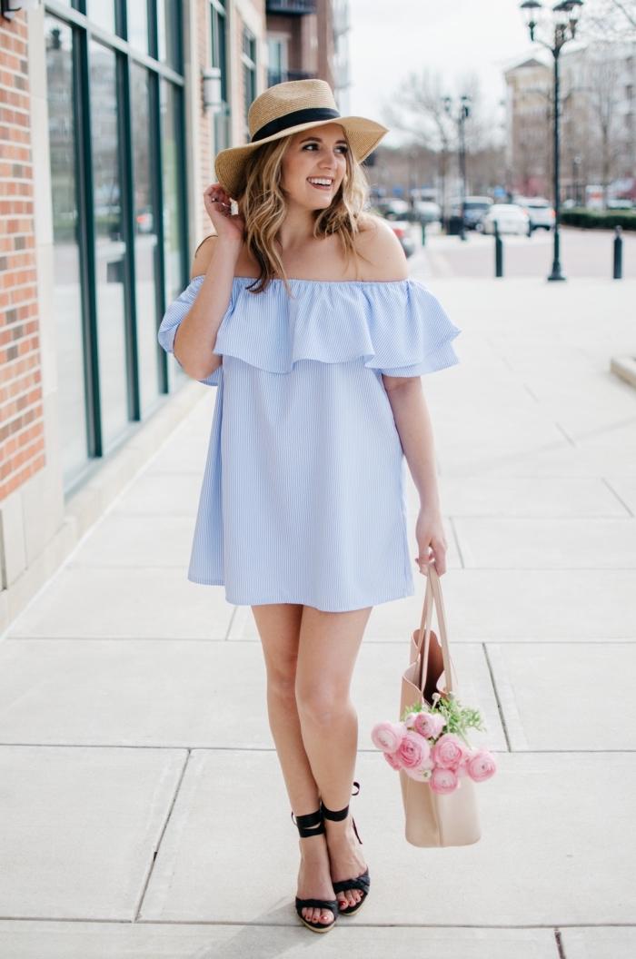 weites hellblaues kleid mit rüschen, schwazre schuhe, sommer outfit ideen für frauen, beige tasche