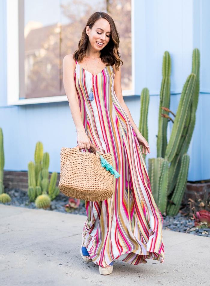 sommer outfit für frauen, langes gestreiftes sommerkleid in bunten farben, geflochtene tasche