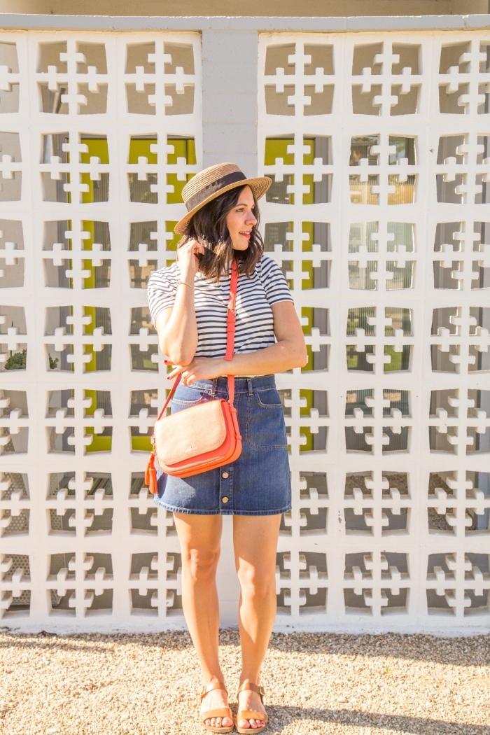 sommer outfit ideen, jeansrock kombiniert mit gestreifter bluse in weiß und schwarz, korallfarbene tasche