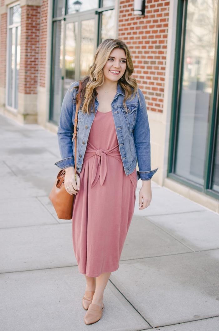 sommer outfit, mindi rosa kleid kombiniert mit blauer jeansjacke und brauner tasche, beige schuhe