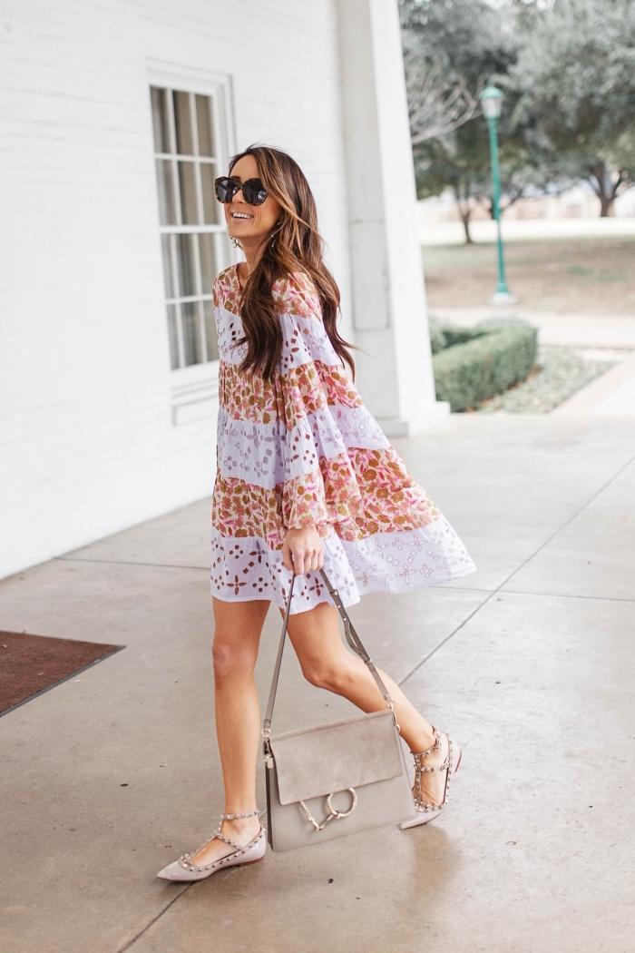 sommer outfit, weites kurzes kleid mit floralem motiv, graue schuhe und tasche, große sonnenbrille