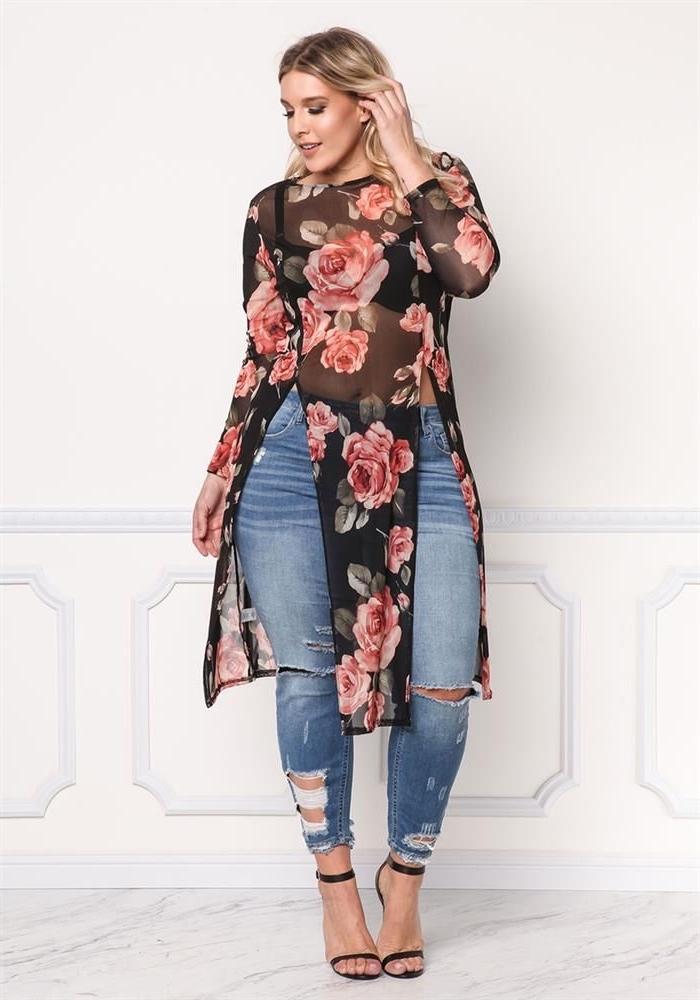 sommerkleider große größen, lange schwarze blue aus chiffon mit blumen motiv, tunika mit rosen, jeans