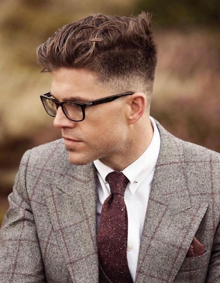 männerfrisuren undercut trends, anzug in grau und beige, weißes hemd, krawatte, brille, haare färben mann