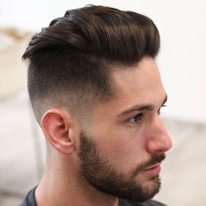 trendfrisuren 2019 männer dunkelhaariger mann mit bart und mustache, haare nach hinten stylen, haarpflege für männer