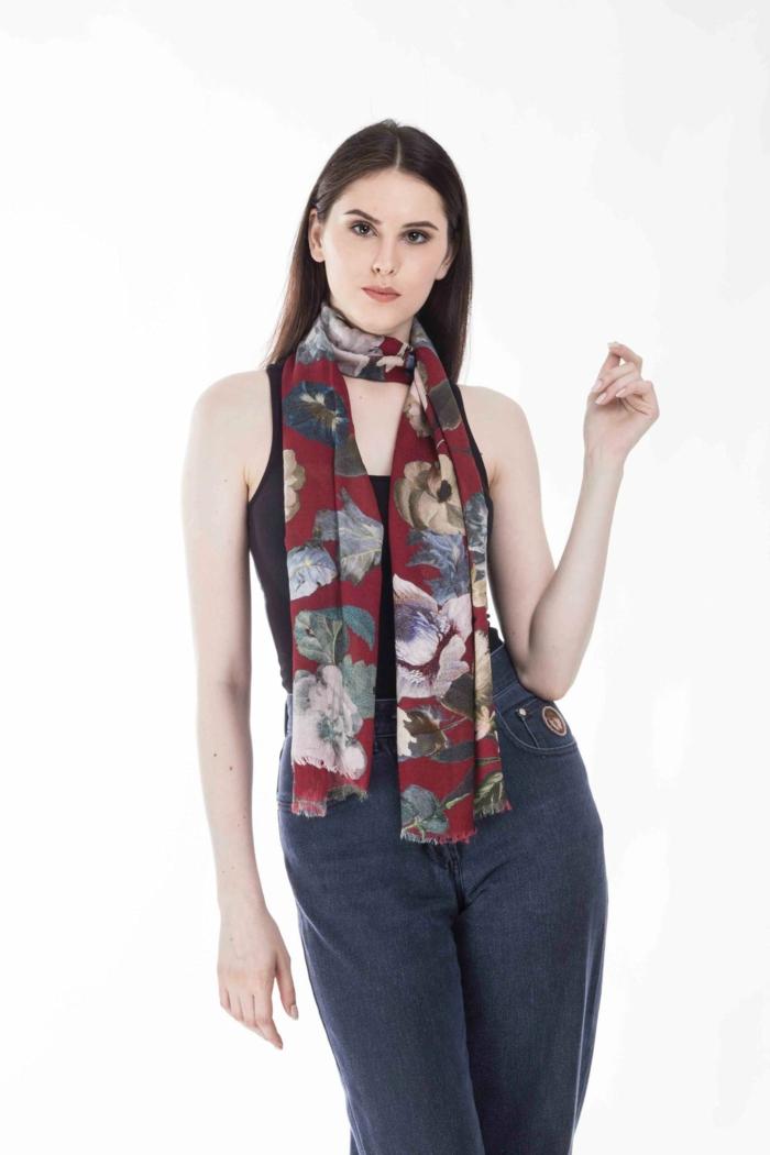 ein Mädchen mit Jeans und schwarze Bluse, ein Schal mit floralen Motiven, Tally-Weijl