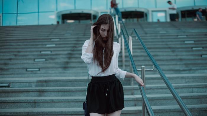 eine weiße Bluse und kurze schwarze Hose, ein Model mit schönem, langem, braunem Haar, Tally-Weijl