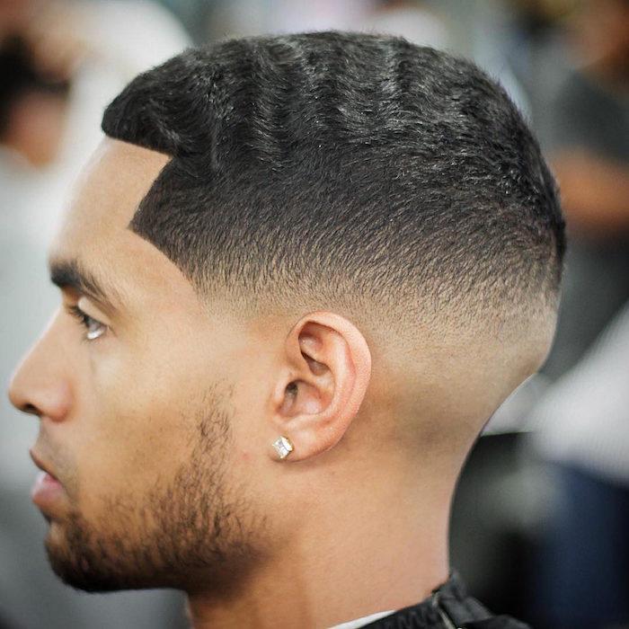 trendfrisuren 2019 männer schwarzhaariger mann mit kurzen lockigen haaren, trendy getsylt
