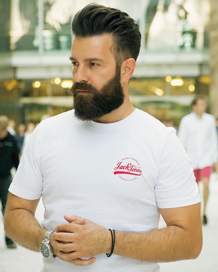 trendfrisuren 2019 männer, langer bart, mittellanges haar, weißes tshirt