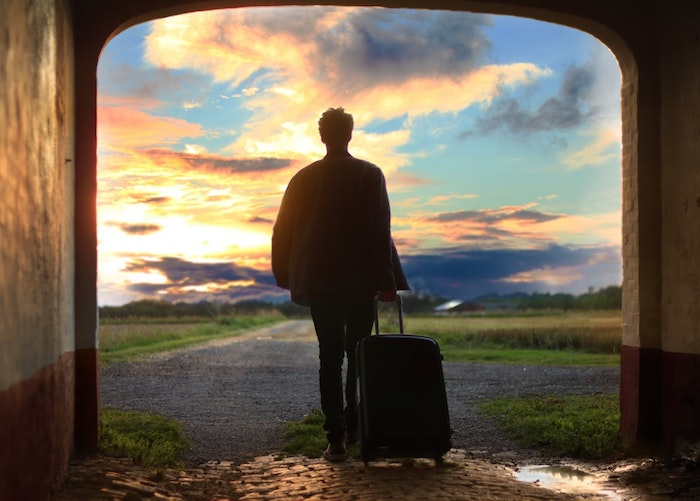 reddit tumblr, eine frau mit ihrem koffer an der tür stehen, wanderlust bild