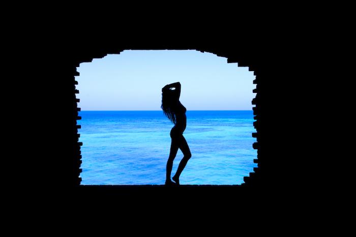 pinterest wallpaper, eine frau steht vor dem meer, foto am fenster beim tageslicht, schattenspiel