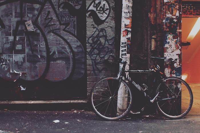 tumblr wallpaper mit einem fahrrad an einer wand gestellt, wandgraffitti