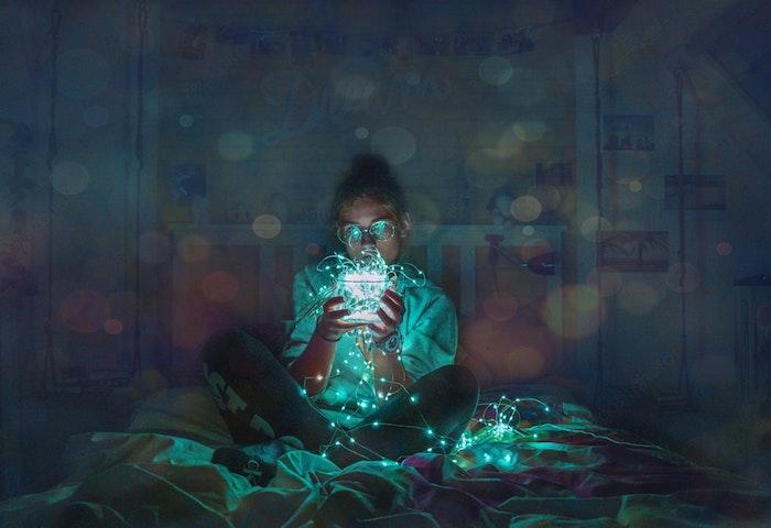 pinterest hintegründe, eine teenagerin sitzt im bett und träumt, traumhaftes bild