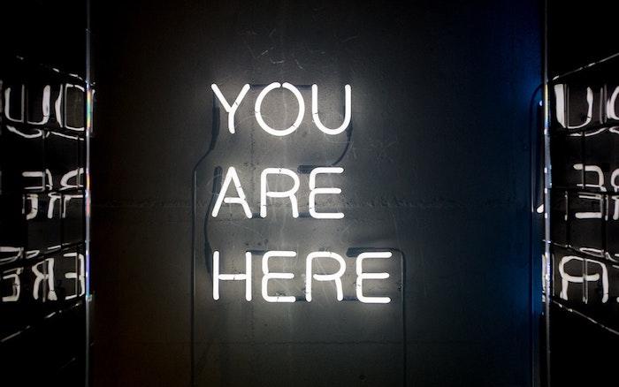 pinterest hintegründe, du bist hier, kein spruch sondern eine anrede, ich freue mich dass du hier bist, aufschrift in hellweißer farbe