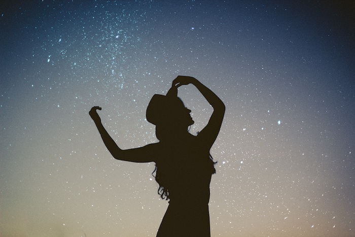iphone wallpaper tumblr, eine frau am vordergrund vor dem himmel voll von sternen