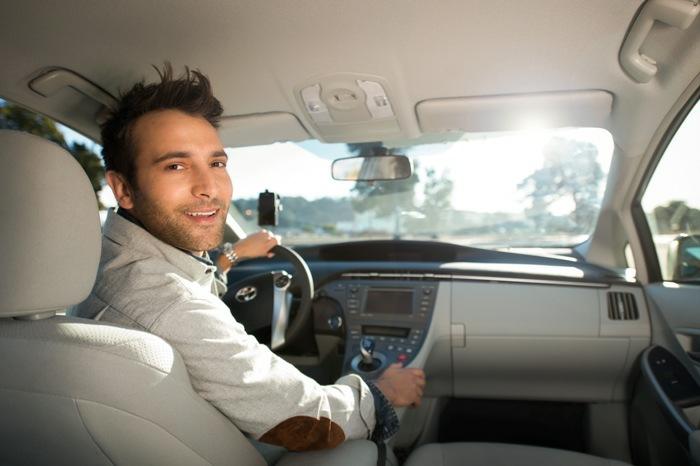 der Uber Fahrer begrüßt sie herzlich und schweigt die ganze Fahrt über