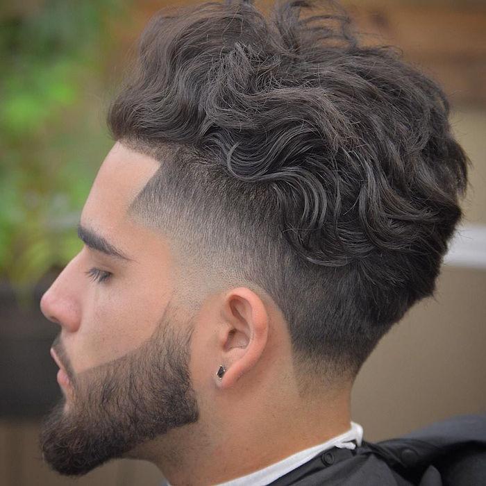 undercut männer varianten, lockiges haar, bart, mittellang, mann mit ohrring schwarz