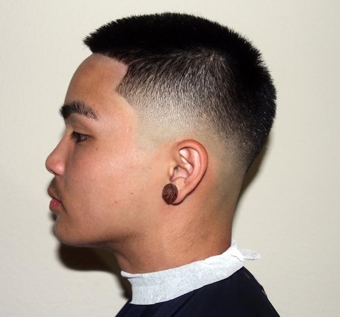 undercut männer varianten kurze schwarze haare, mann mit ohrring am ohr, anzug tragen