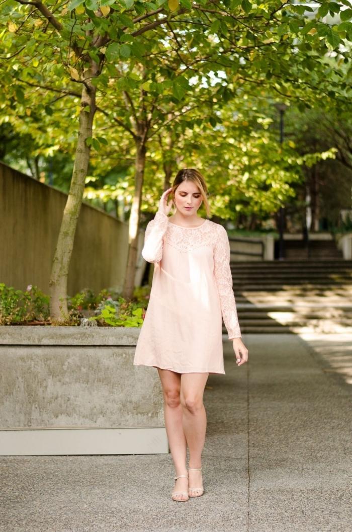 vintage kleider hochzeitsgast, weites rosa kleid mit langen ärmeln, hochgesteckte haare, sommeroutfit frauen