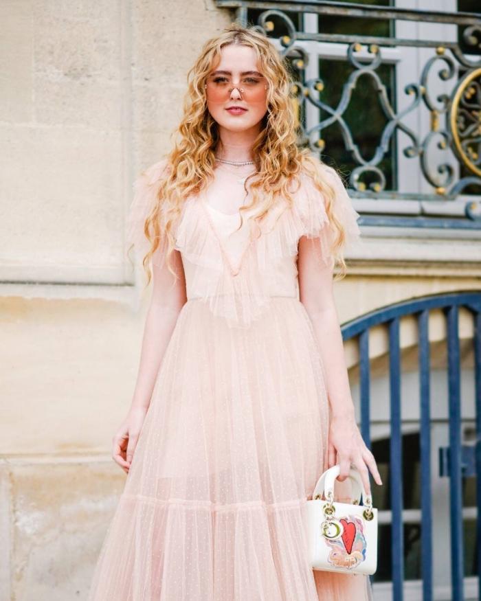 vintage kleider, sommerkleid im retro stil, kleid mit rüschen, rosa sonnenbrille, frisur mit locken, boho stil