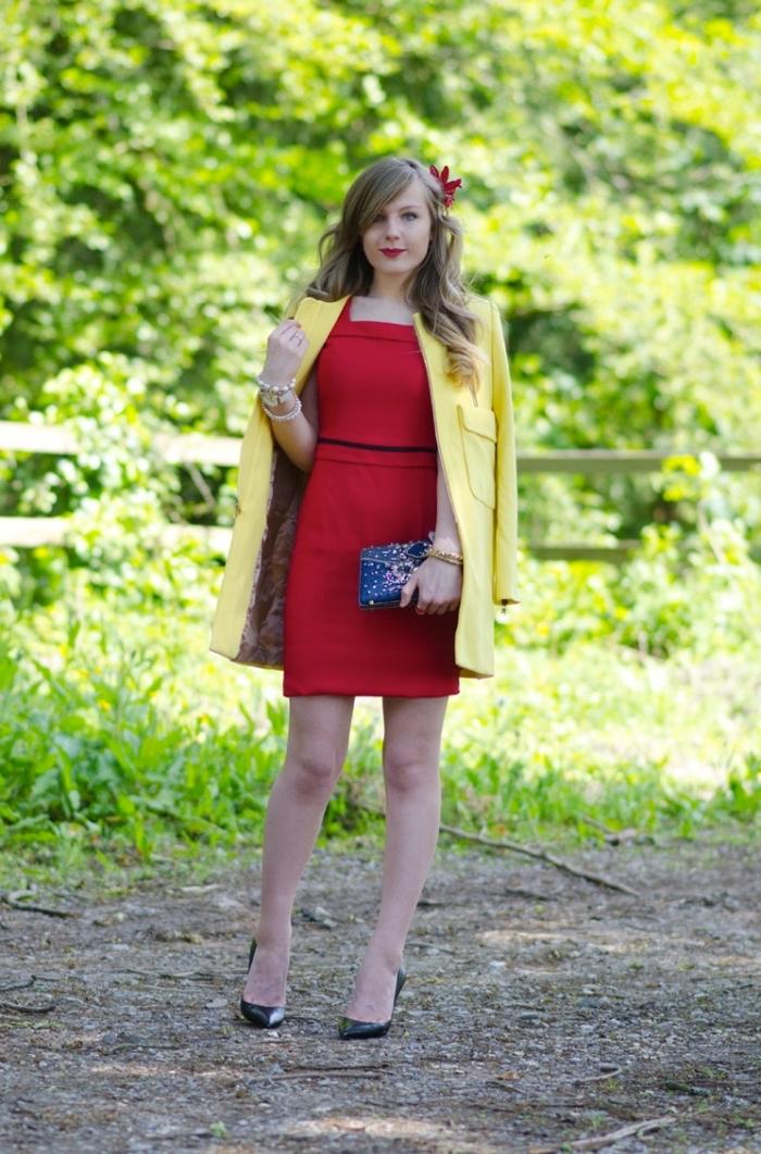 vintage kleider, gerades rotes kleid in kombination mit gelbem mantel, frisur mit locken, hochzeitsoutfit