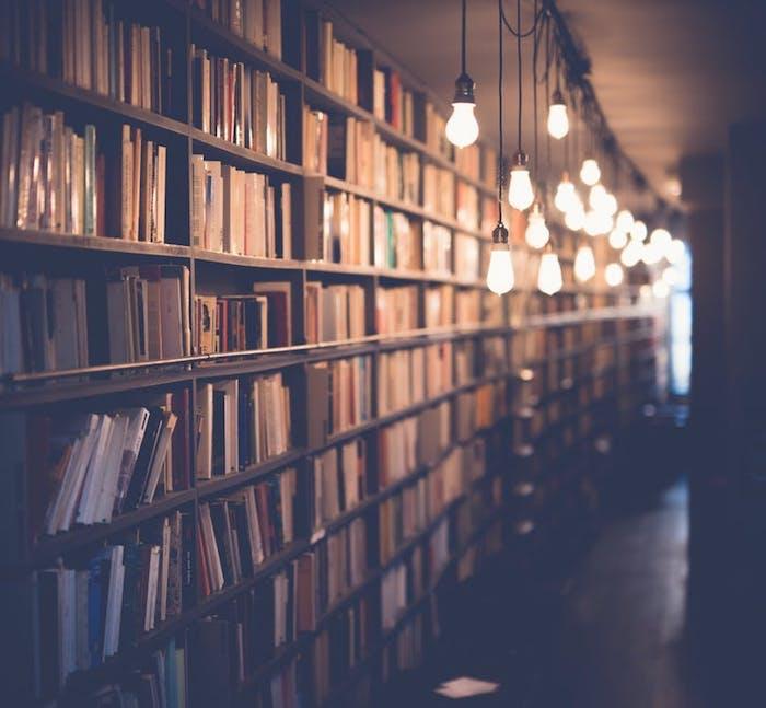 tumblr top ideen für hintergrundfotos für handy, eine bibliothek bücher in den regalen