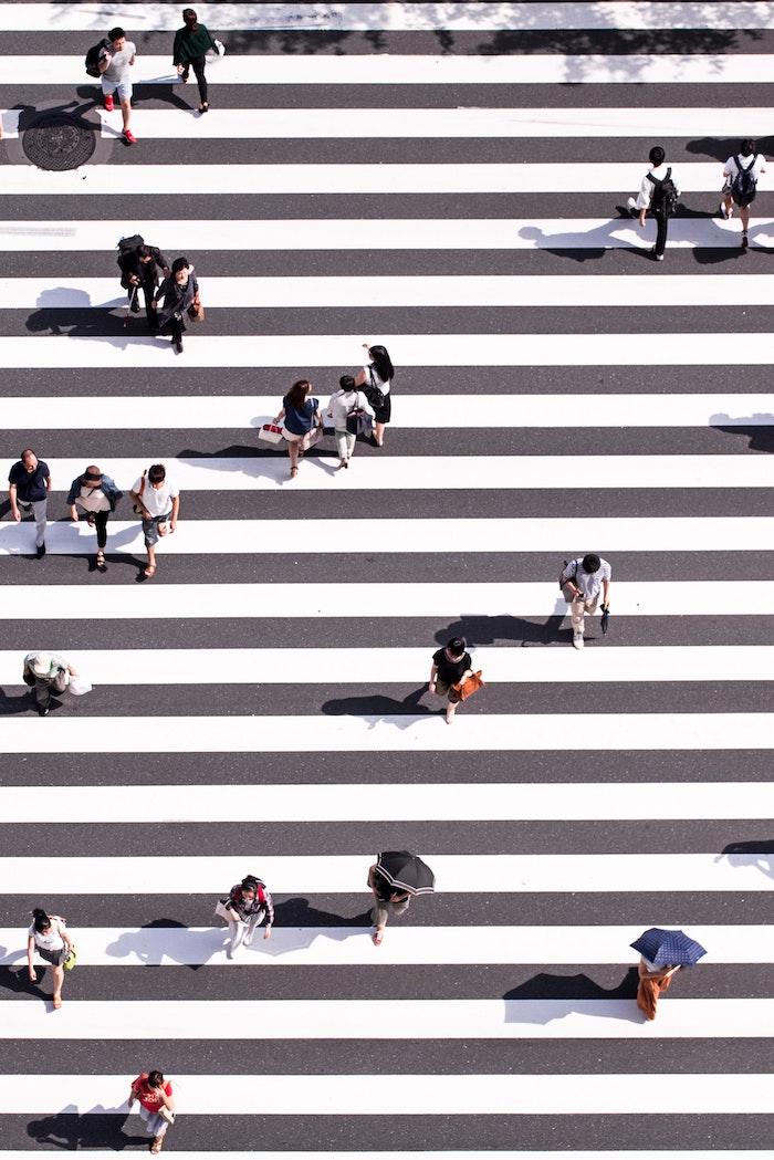hintergrund tumblr, kreative fotografie menschen gehen auf einem zebra weg