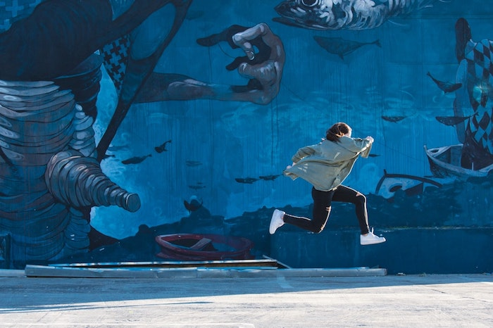 iphone wallpaper tumblr, eine person läuft und macht einen großen sprung, weiße sneakers