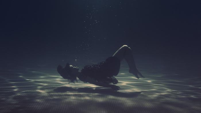 iphone wallpaper tumblr, eine frau am meerboden, pool kreative idee, traum