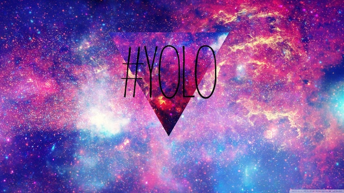 hintergrund tumblr, yolo aufschrift auf galaxie bild mit dreieck symbol