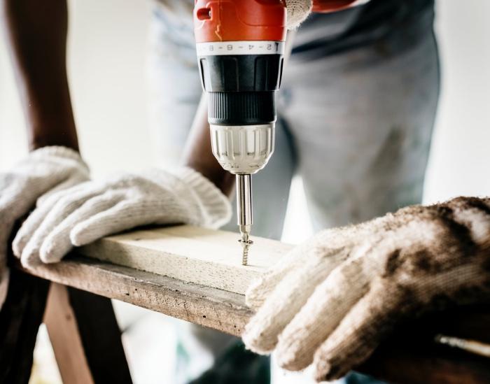 wohnung renovieren, geld sparen, diy projekt, hilfreiche tipps, schraubenzieher, holzdielen