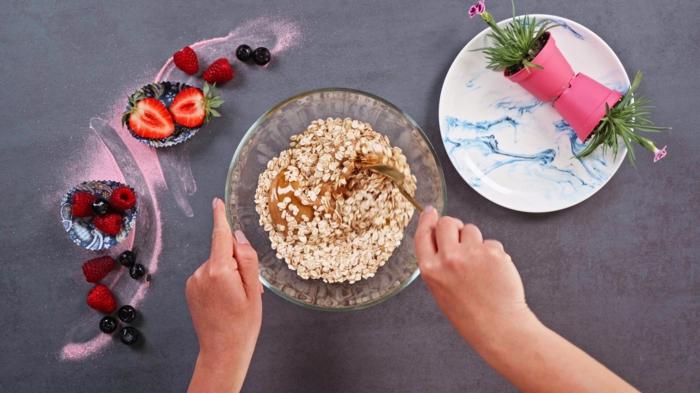 2 schnelle fingerfood rezepte haferflocken mit honig und erdnussbutter mischen