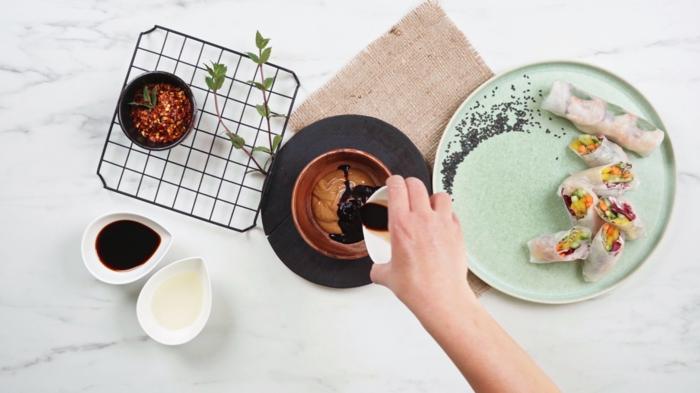 schnelle einfache gerichte, soße für frühlingsrollen mit erdnussbutter, chiliflocken und sojasoße