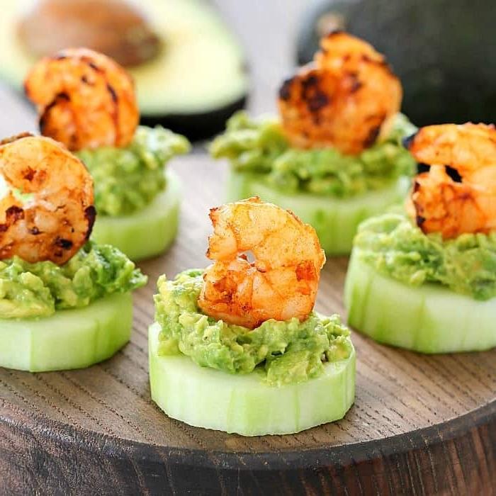 häppchen zubereiten, schnelle party rezepte, abendessen low carb, fingerfood ideen, gurken mit avocado und garnelen