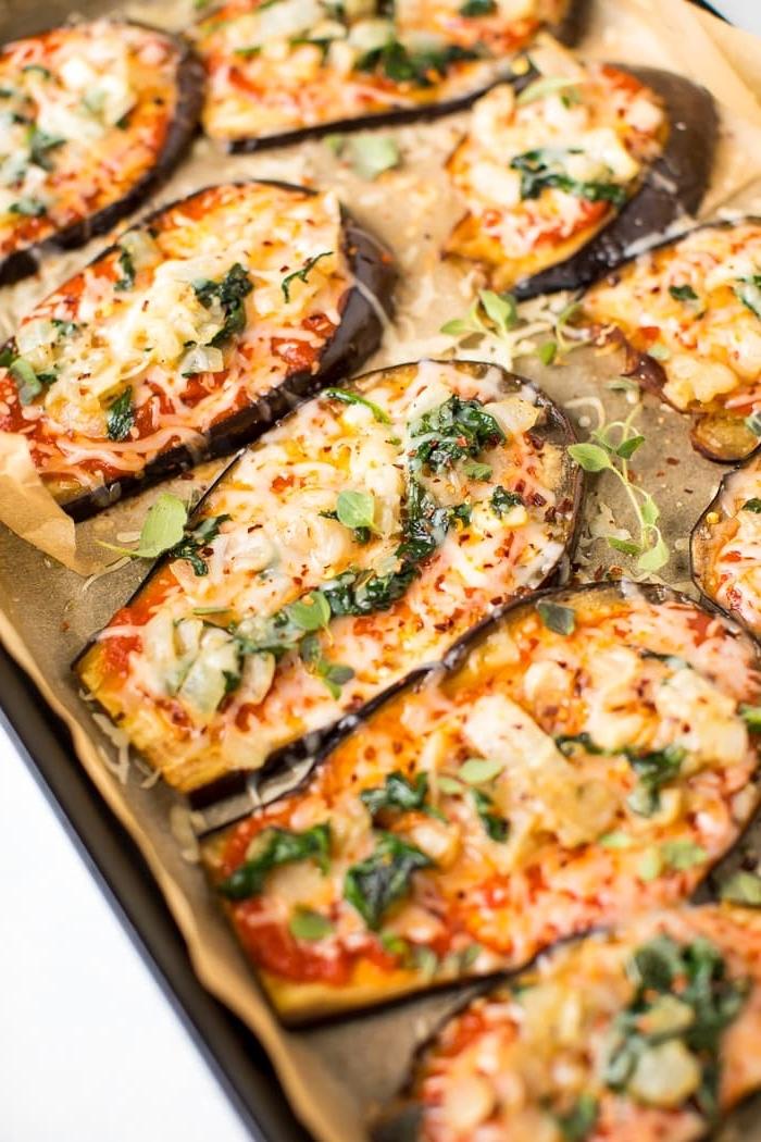 kohlenhydratarme rezepte, abendessen low carb, mini pizzas aus aprikosen mit belag aus gemüsen und käse