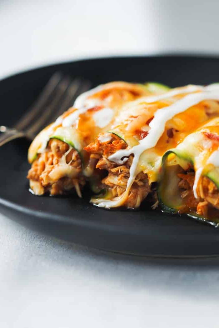 abendessen ohne kohlenhydrate, einfache und schnelle rezepte, enchilladas mit zucchini, fleisch und weißer soße