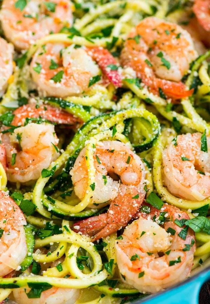 abednessen ohne kohlenhydrate, salat mit garnelen, zucchini und zitronen, low carb essen