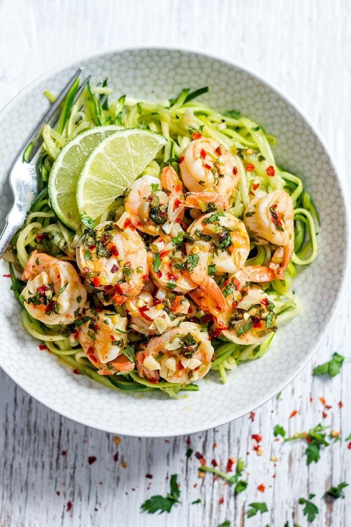 abednessen ohne kohlenhydrate, low carb rezepte, salat mit garnellen und zucchini garniert mit limetten