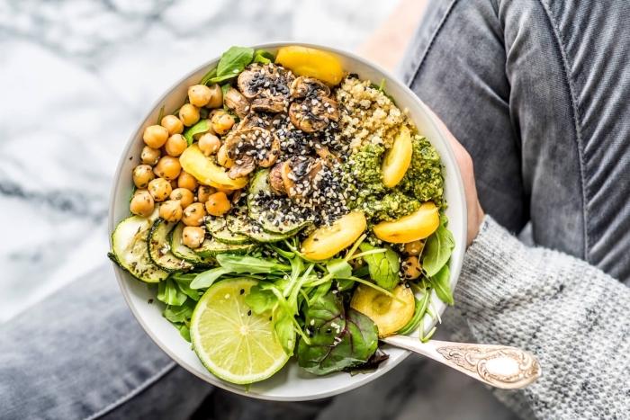 abendessen ohne kohlenhydrate, gesund abnehmen, salat mit zucchini, kichererbse und chia samen