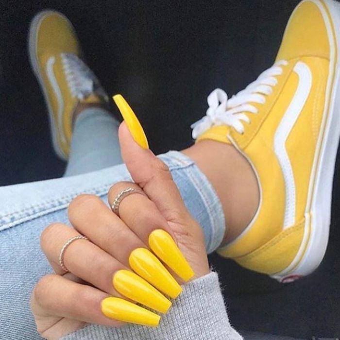 gelnägel kurz, lange gelbe gelnägel, schöne maniküre in mutiger farbe, gelbe sneakers