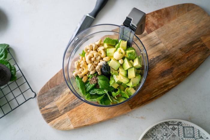 Zutaten für Avocado Pesto fein passieren, Avocado in kleine Stücke, Basilikum und Cashews