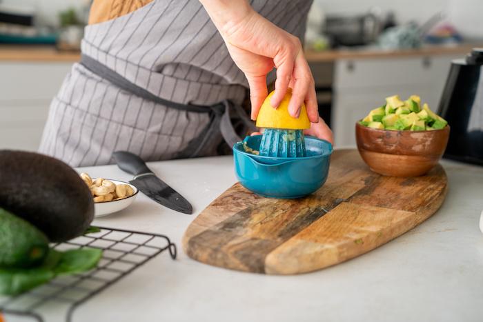 Eine halbe Zitrone auspressen, Avocado in kleine Stücke schneiden, Rezept für Avocado Pesto