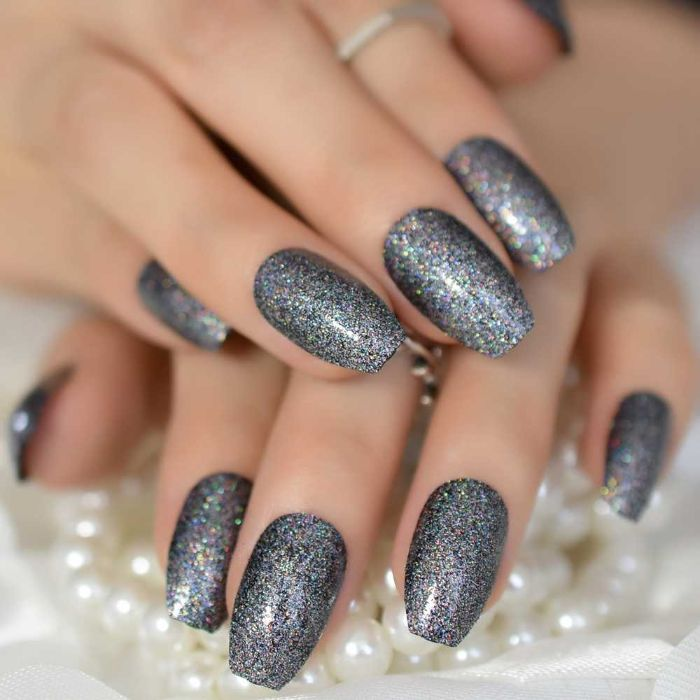nagelformen trends, mittellange silberne nägel mit glitter, ring ideen nagellack trends